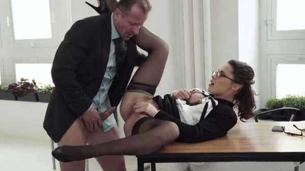 Porn video The boss fucks the secretary on the desk.
